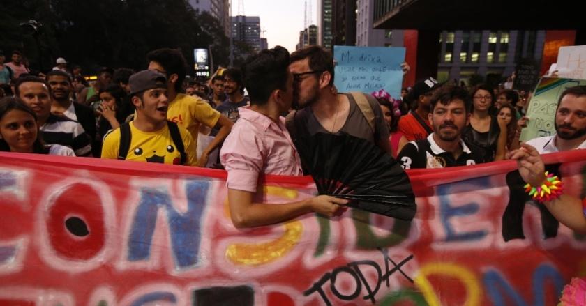30set2014---grupo-faz-beijaco-na-avenida-paulista-na-regiao-central-de-sao-paulo-durante-protesto-contra-o-discurso-considerado-homofobico-do-candidato-levy-fidelix-prtb-durante-o-debate-realizado-1412115064069_956x500