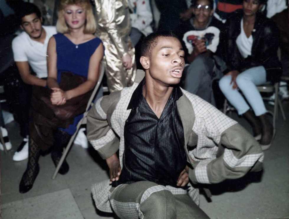 """Paris is Burning retrata uma subcultura da moda nova-iorquina. Rodado em finais dos anos 1980, o filme examina os meios pelos quais uma comunidade de gays e transgéneros """"negros"""" e """"latinos"""" nova-iorquinos encontram e constroem sustento, criatividade e famílias. O filme constitui um complexo ensaio sobre classe, raça e identidade, bem como sobre os poderes de transformação da dança e da performance."""