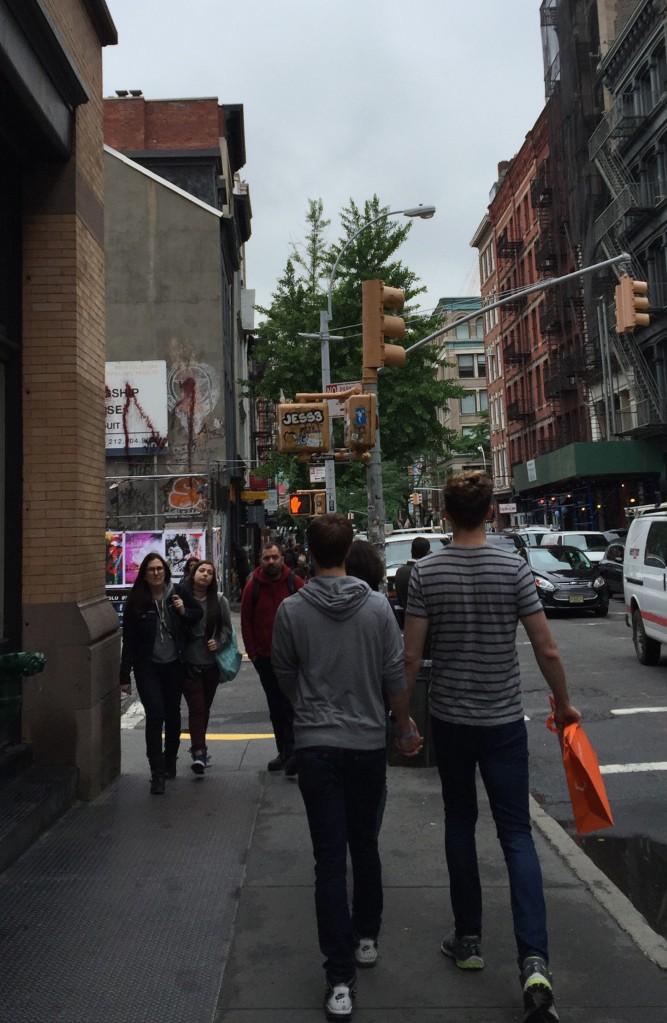 As demonstrações de afecto não são aqui tabu e junto dos mais jovens casais gay é perfeitamente natural o andar de mão dada em passeio nas ruas ou nos parques
