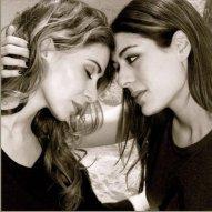 """Julie Zenatti e Sophia Essaidi, ambas cantoras francesas. """"Se eu não conseguisse fazer com que as pessoas acreditassem que elas estavam realmente apaixonadas, o meu trabalho não teria valido de nada"""", disse Ciappa."""
