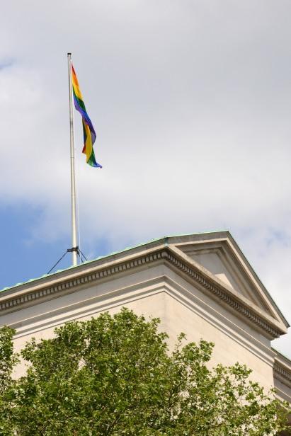 Edifício do Ministério da Defesa em Londres com a bandeira do Orgulho LGBT hasteada na semana do 'London Pride'. Fotografia por LA(Phot) Simmo Simpson, FRPU(E), Royal Navy.