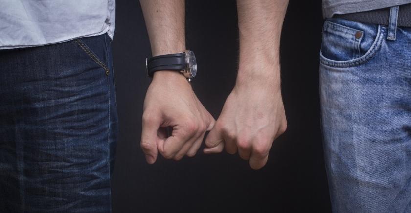 gay-men-holding-hands-lgbt dar as mãos homofobia