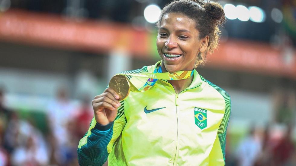rafaela-silva-mostra-medalha-de-ouro-jogos olímpicos rio 2016 desporto feminismo mulher sexismo machismo