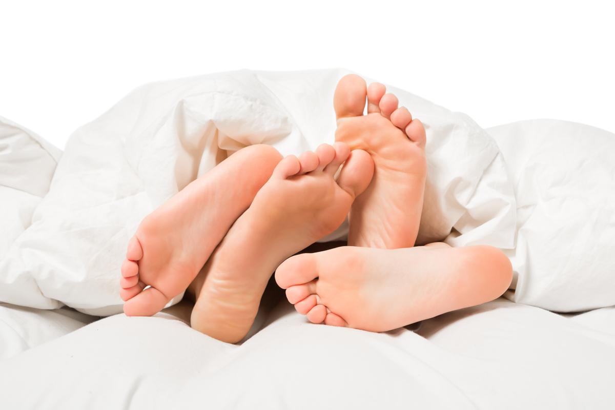loznice-postel-nohy
