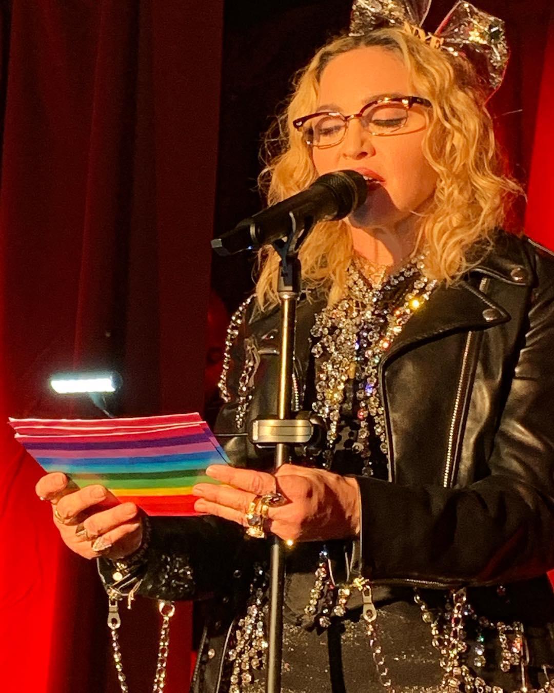 """Madonna faz performance-surpresa em Stonewall Inn: """"Unimo-nos esta noite para celebrar os 50 anos da revolução!"""""""